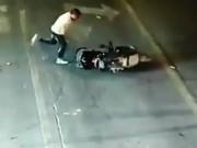 Clip Eva - Trung Quốc: Đi ngược chiều, một phụ nữ bị đánh dã man
