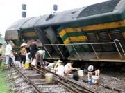 """Tin tức - Ảnh: Tàu hỏa gặp nạn, người dân đua nhau """"hôi"""" dầu"""