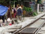 Tin tức - Mải nói chuyện sát đường ray, 2 người bị tàu tông chết
