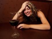 Sức khỏe - Phụ nữ uống rượu sẽ dễ tăng cân
