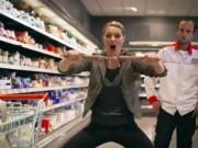 """Clip Eva - Chết cười với """"món"""" vũ khí bí mật trong siêu thị"""