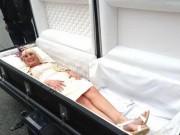 Eva Yêu - Cô dâu gây sốc khi xuất hiện tại đám cưới trong quan tài