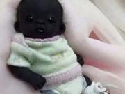 """Làm mẹ - Bức ảnh """"em bé Nam Phi đen nhất thế giới"""" gây tranh cãi"""