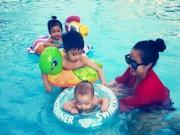 Ốc Thanh Vân đùa nghịch cùng 3 con trong bể bơi
