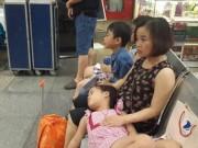 Tin tức - Cảnh trẻ em vạ vật ở sân bay do bị hoãn chuyến liên tiếp