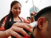 Tin tức - Người dân Thủ đô xếp hàng chờ cắt tóc miễn phí