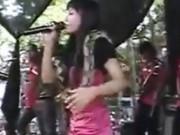 Video: Nữ ca sĩ bị rắn hổ mang cắn chết khi đang biểu diễn