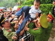 Trẻ nhỏ khóc thét, được ưu tiên  & quot;vượt rào & quot; tại lễ hội Đền Hùng