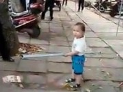 "Clip Eva - Clip bé trai 3 tuổi ""nổi cáu"" cầm gậy sắt bảo vệ bà"