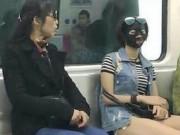 Cô gái đắp mặt nạ khiến người đi tàu giật mình sợ hãi