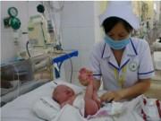 Tin tức - Phẫu thuật suốt 3 giờ, cứu bé sơ sinh nôn ra dịch màu xanh