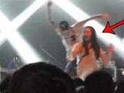 Nam ca sĩ đạp ngã fan nữ chụp ảnh tự sướng trên sân khấu