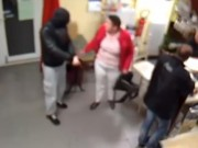 Clip Eva - Clip: Người phụ nữ bế em bé, đánh trả tên cướp dùng súng