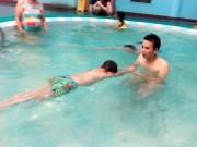 Thầy giáo dạy bơi mách cách xử lý khi trẻ bị đuối nước