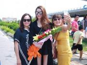 Làng sao - Hồ Ngọc Hà bất ngờ khi được chào đón nồng nhiệt tại Vinh