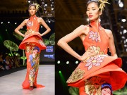 Thời trang - Hoàng Thùy trình diễn váy dát vàng thật tại Tuần thời trang Quốc tế