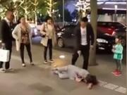 Tin tức - Phẫn nộ cảnh chồng đánh vợ trước mặt con ngoài đường