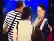 Clip: Đập hộp cơm trưa vào mặt nhân viên sân bay vì bị hoãn chuyến