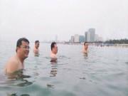 Tin tức - Lãnh đạo Đà Nẵng tắm biển để khẳng định nước an toàn