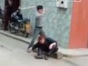 """Clip Eva - Video: Con trai đánh vào đầu bố như """"bổ củi"""""""