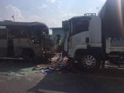 Tin tức - Xe khách tông xe tải, 21 người thương vong