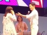 """Làng sao - Fan gào thét trước màn hất di động của """"đại úy"""" Song Joong Ki"""