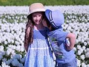 Làm mẹ - Hai thiên thần lai gốc Việt bên cánh đồng hoa Tulip đẹp như tranh