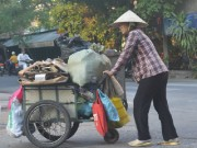 Tin tức - Những phụ nữ ở 'phố ve chai': Gồng mình lao động để con được đi học