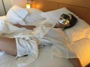 Làm đẹp - Vic khoe ảnh nằm trên gường đắp mặt nạ chống lão hóa