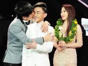 Làng sao - Đan Trường vui sướng hôn khi học trò hot boy đăng quang