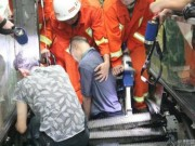 Tin tức - Người đàn ông Trung Quốc bị thang cuốn 'nuốt' chân trái