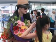 Làng sao - Thu Phương bất ngờ khi được fan nhí đón tại sân bay