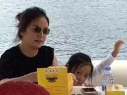Làng sao - Con gái Triệu Vy bám chân mẹ tới trường quay
