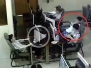 Clip Eva - Clip: Chàng trai trẻ bị điện giật chết vì vừa sạc pin vừa chơi điện thoại