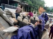 """Tin tức - Ảnh: Cận cảnh xe khách bị """"thổi"""" bay nóc tại Thanh Hóa"""