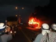 Tin tức - Xe khách cháy dữ dội, 35 khách vừa chạy vừa la hét