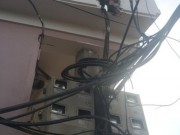 """Tin tức - Kỳ lạ ngôi nhà """"ôm"""" cột điện giữa Thủ đô"""