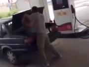 Video: Chồng tát vợ liên tục sau đó cho vào cốp xe