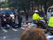 Clip Eva - Video: Người lái xe đạp suýt đâm vào đoàn xe của Obama
