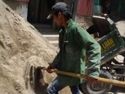 Tin tức - Những người lao động 'phơi lưng' dưới nắng nóng như thiêu đốt
