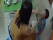 Clip Eva - Video: Cô giáo mầm non tát liên tiếp vào mặt trẻ 3 tuổi khi cho ăn
