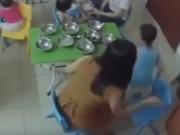 Tin tức - Phẫn nộ cô giáo nhồi ăn, tát liên tiếp vào mặt bé trai 3 tuổi