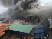 Tin tức - Cháy lớn ở phố Trường Chinh, hút nước sông Tô Lịch chữa cháy