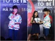 """Làng sao - Fan nữ Hà Nội lao lên sân khấu """"quậy"""" cùng Vũ Cát Tường"""