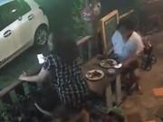 Clip Eva - Video: Mê mải check-in, 2 phụ nữ bị cướp túi xách