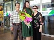 Thời trang - Hoa khôi Diệu Ngọc vui sướng đoàn tụ gia đình ở sân bay