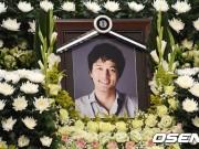Làng sao - Bạn bè gửi vòng hoa tới đám tang tài tử