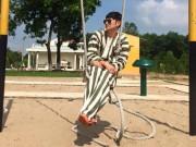 """Làng sao - Huy Khánh vẫn sành điệu khi """"đi tù"""""""