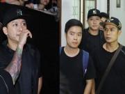 Làng sao - Tuấn Hưng tỏ vẻ không thoải mái trong hậu trường The Voice