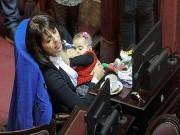Làm mẹ - Bà mẹ thản nhiên cho con bú giữa cuộc họp Quốc hội